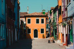 Photo d'un village pittoresque italien avec petites maisons colorées tout autour d'une pleine centrale