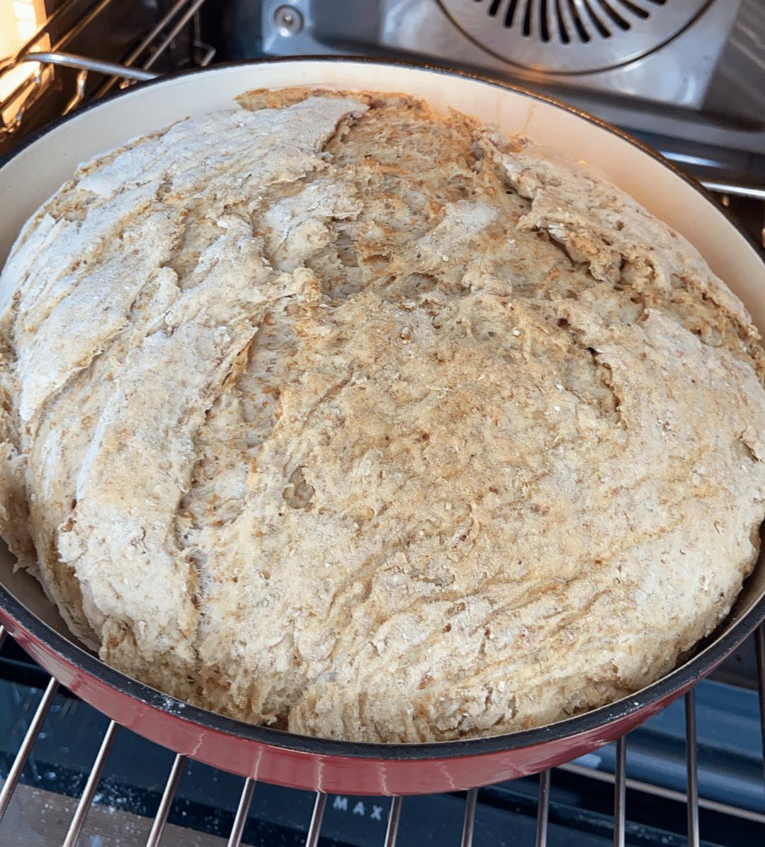 Le pain cuit en cocotte à la fin de la cuisson cocotte fermée avant le croutage