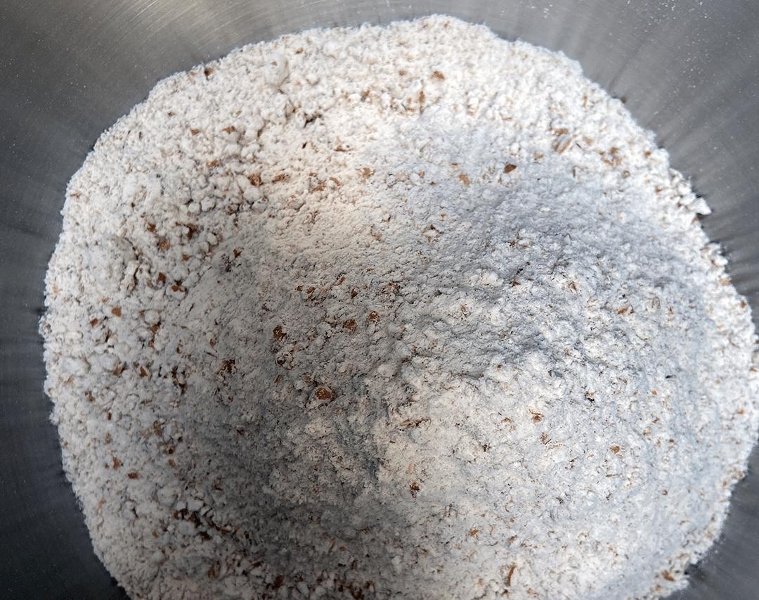 Faire sa pâte démarre par le mélange des ingrédients secs: farine et sel